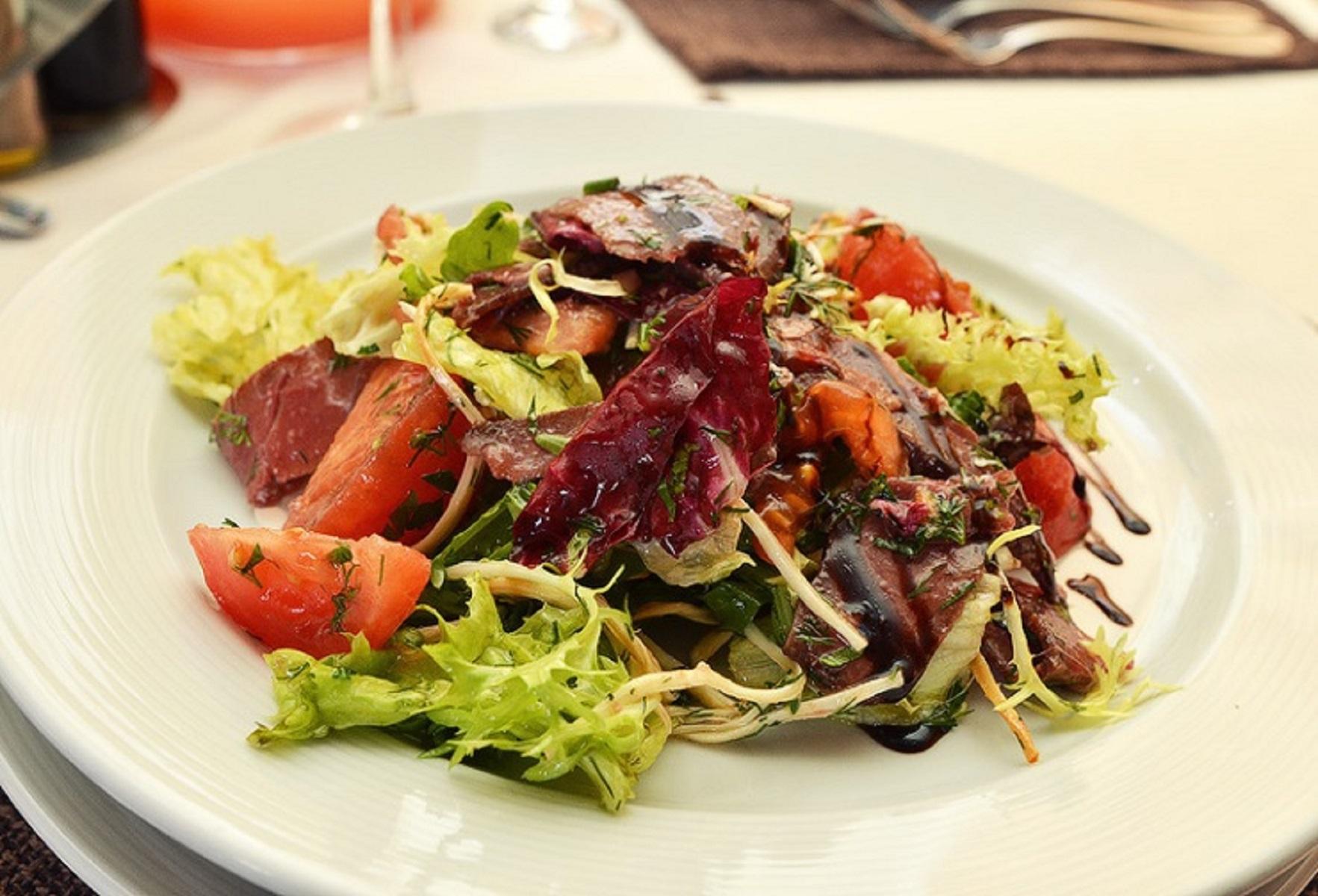 Салат из бастурмы с персиком