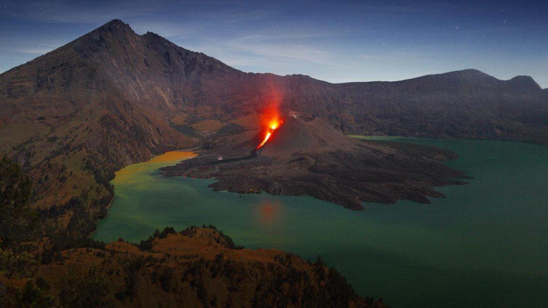 Удивительный вулкан на озере