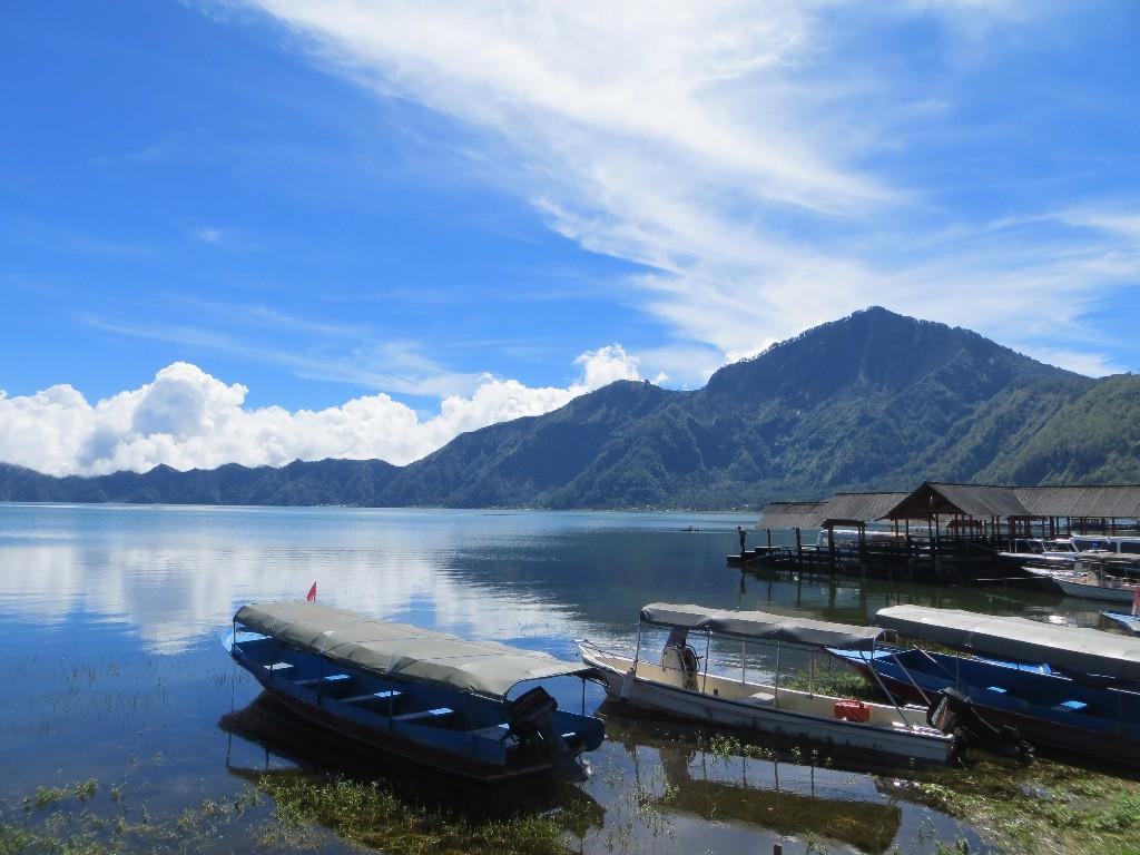 Огромное озеро на острове