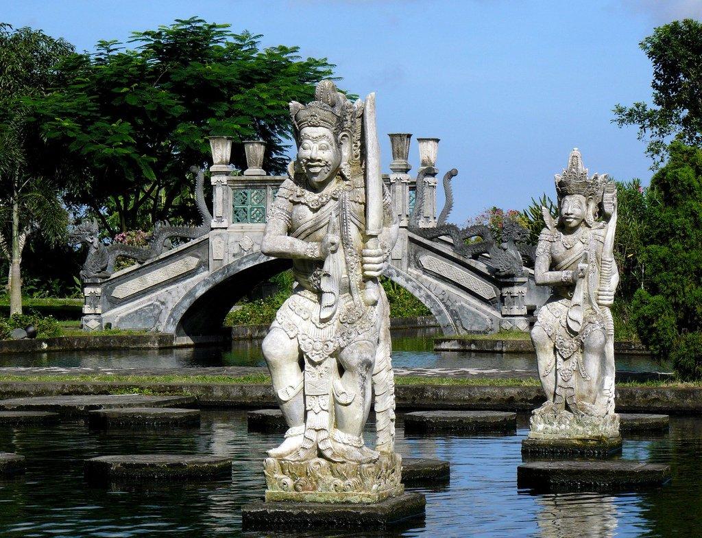 Старинные статуи на воде