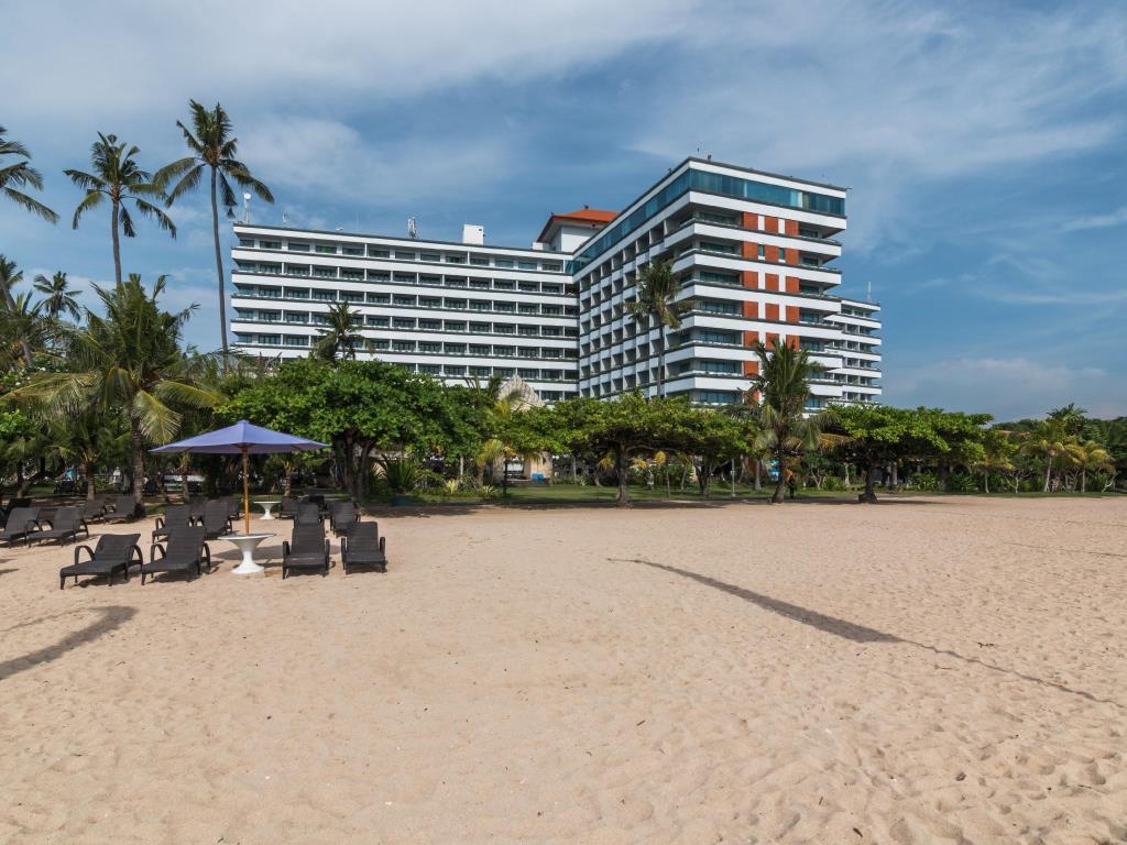 Огромный отель Inna Grand Bali Beach