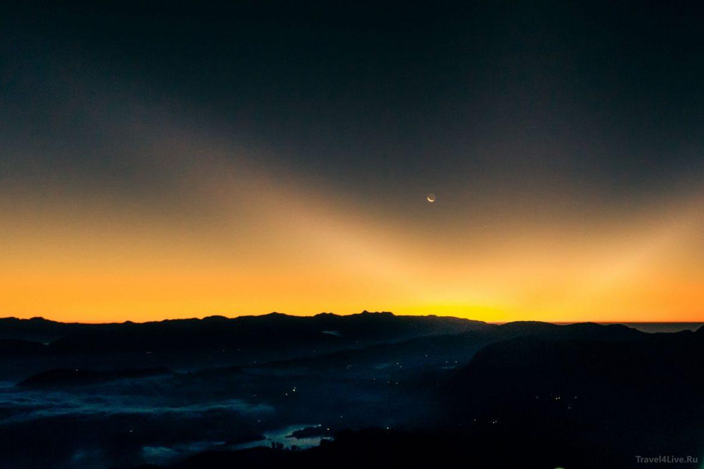 Рассвет на вид вершины Пика Адама