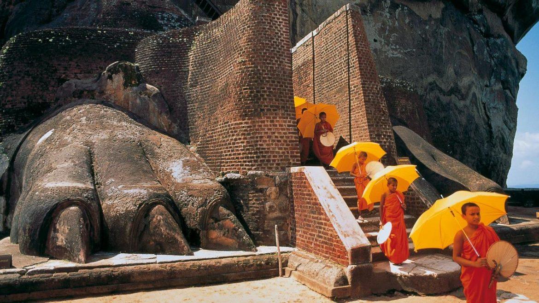 Монахи возле горы Сигирия