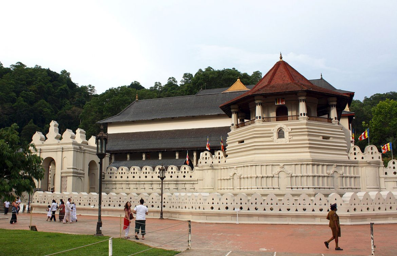 Стена храма зуба Будды