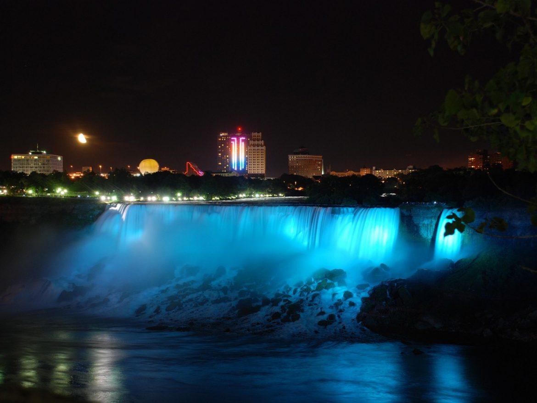 Ниагарский водопад в ночной время