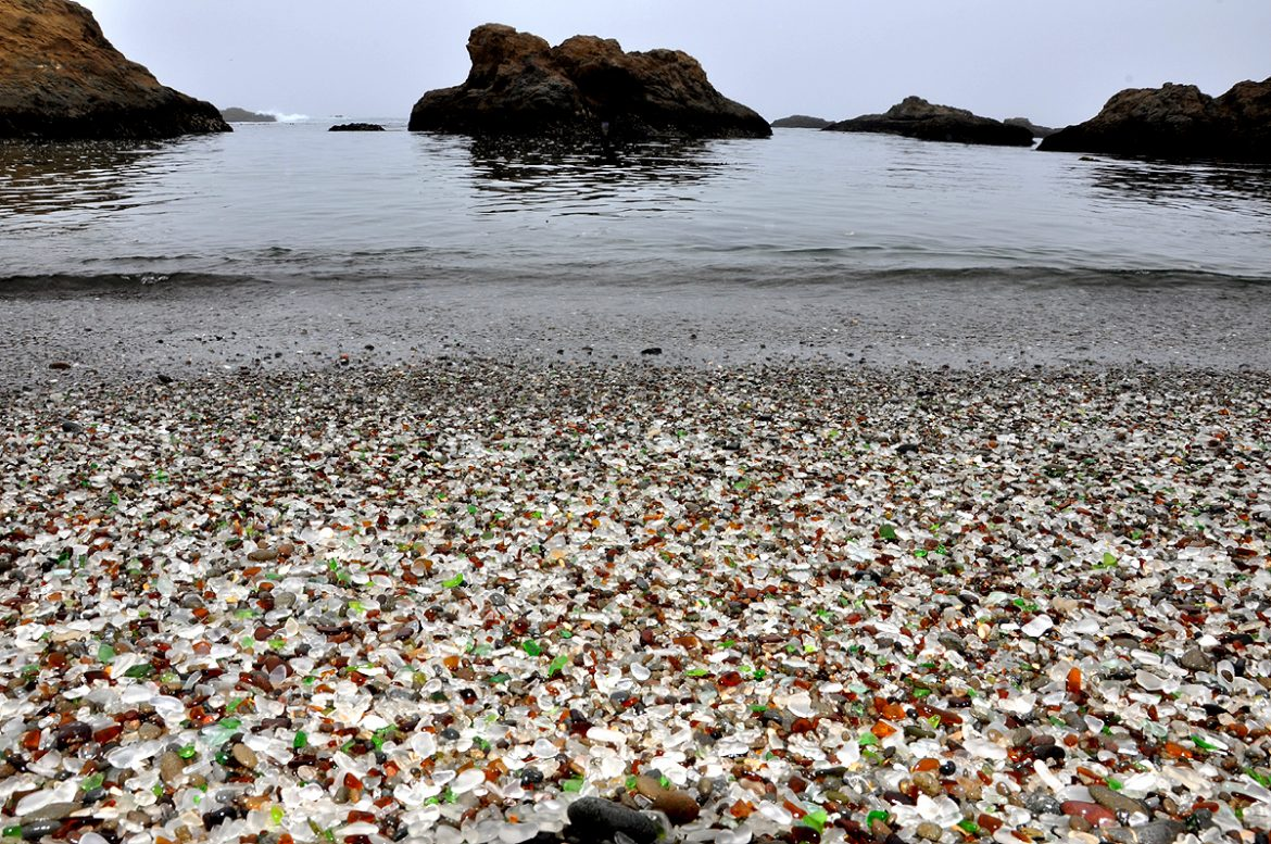 пляж Glass Beach